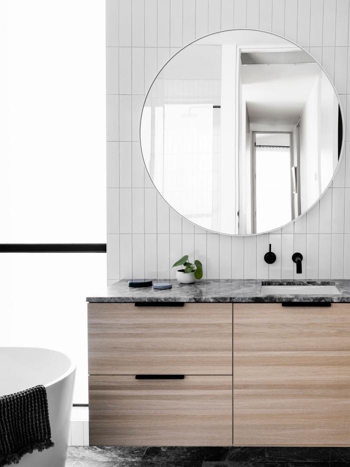 idée dalle murale pvc pour salle de bain minimaliste, déco salle de bain avec baignoire autoportante en blanc gris et bois