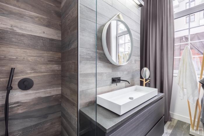 exemple de panneau mural décoratif effet bois foncé, meuble salle de bain en gris foncé, cabine de douche avec robinet noir mate
