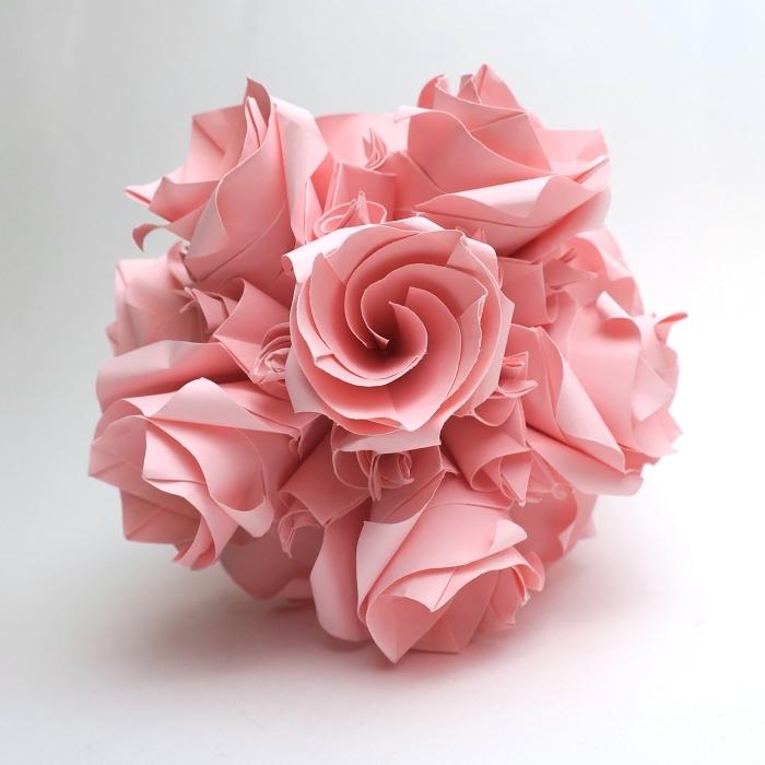 une boule origami de multiples roses en papier, origami rose composé de plusieurs fleurs origami