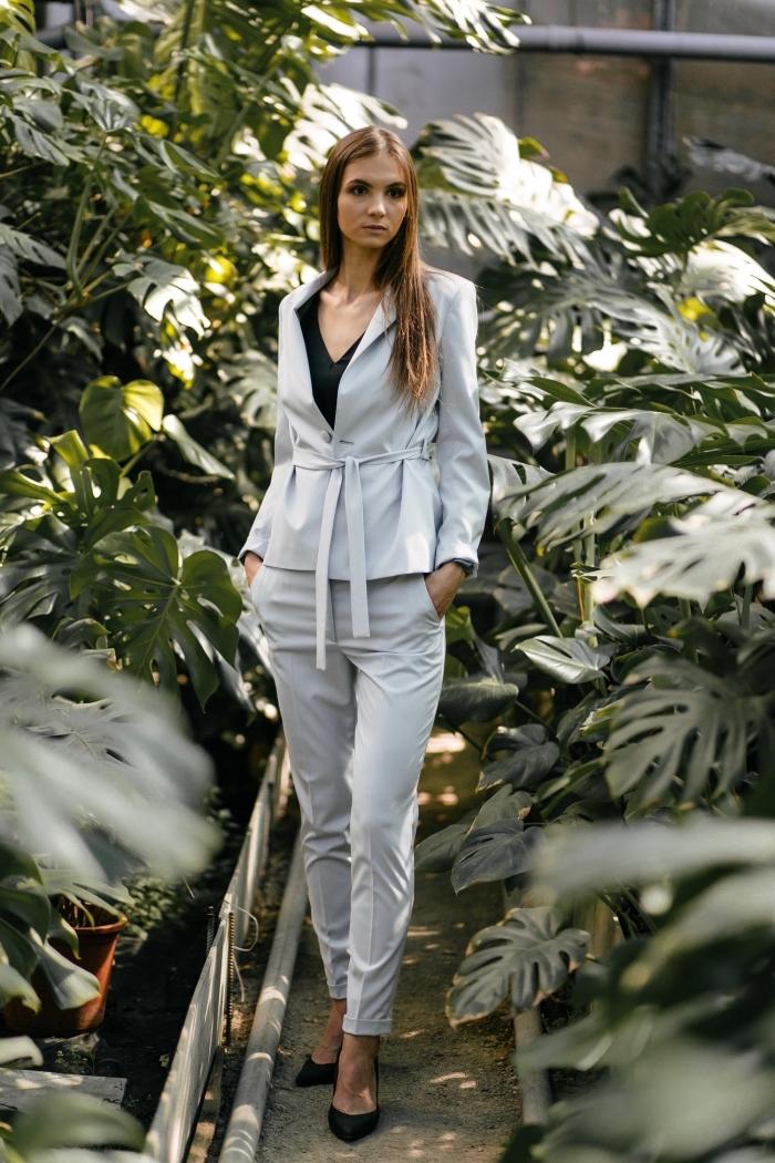 idée tailleur pantalon femme chic pour marriage, couleur de cheveux châtain cuivré, costume blanc gris avec chemise noire