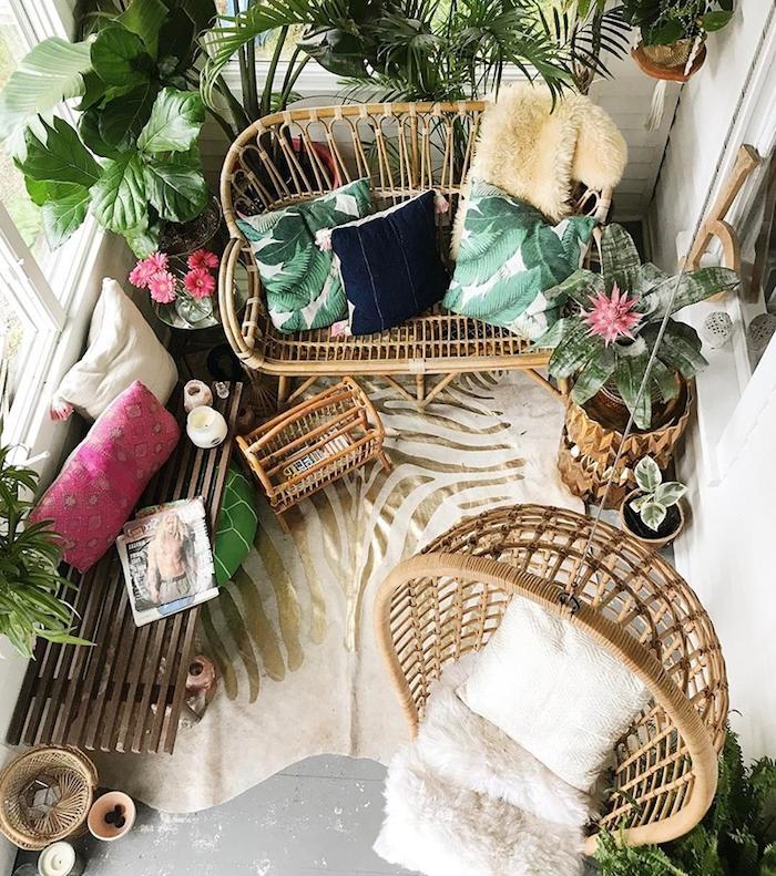 idee deco boheme chic de balcon cosy avec fauteuil suspendu et banc en rotin, panier de rangement rotin, plantes tropicales deco junge urbaine