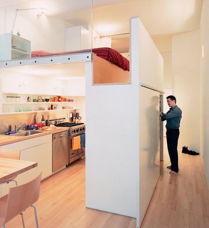 amenagement petit espace avec lit en dessus d une cuisine ouverte sur salle à manger, astuces gain de place dans intérieur minimaliste de studio moderne