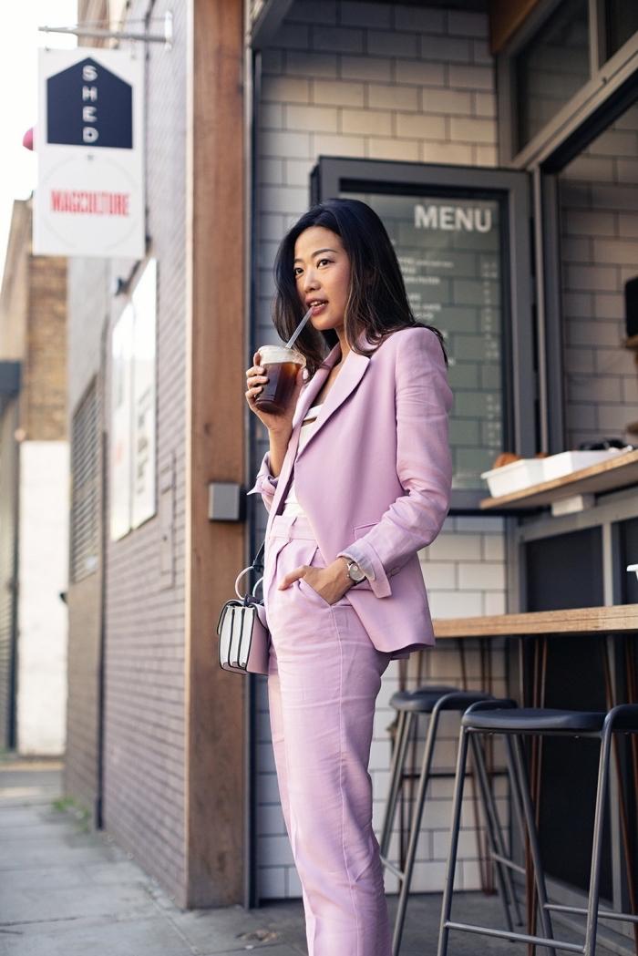 modèle de costume rose avec pantalon fluide poches, accessoires mode femme en argent, coiffure cheveux lisses et longs