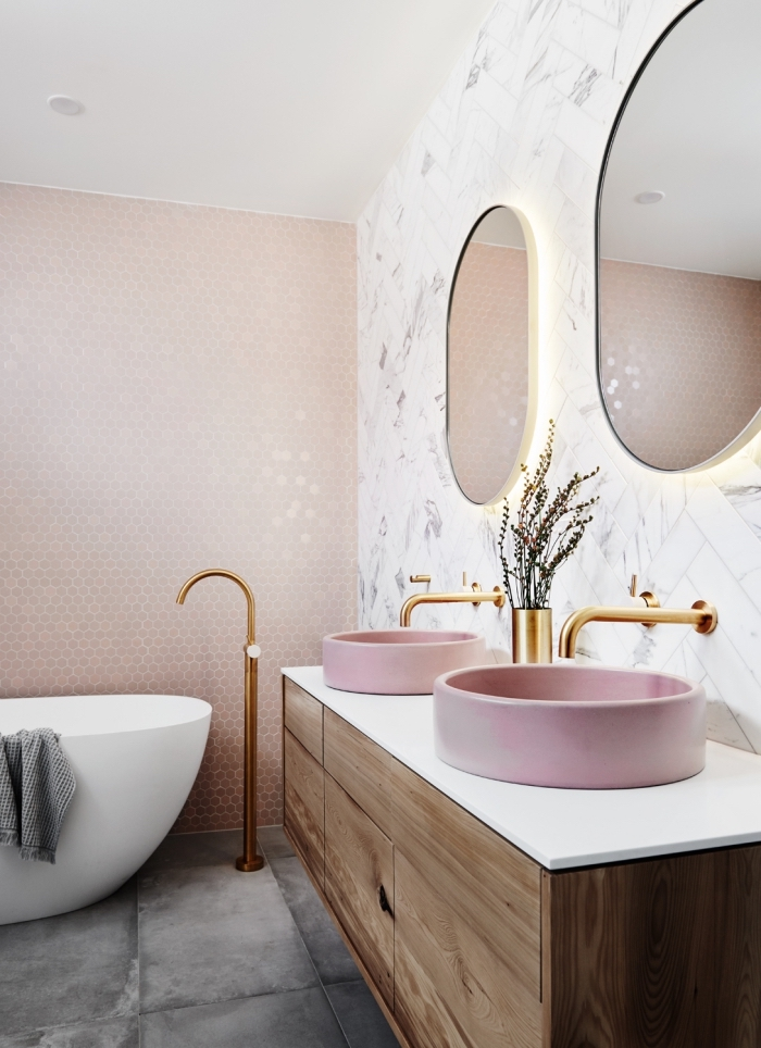revetement mural salle de bain tendance, exemple de mosaique rose, déco salle de bain avec plancher aux carreaux effet béton