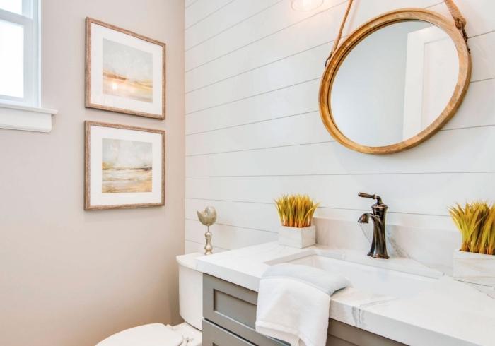 exemple panneau mural salle de bain en blanc, déco pièce humide avec peinture lessivable en rose pastel et lambris blanc