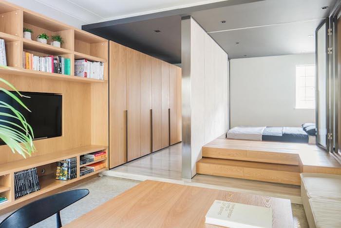 lit sur estrade en bois, armoire et meuble tv bois aménagés en longueur, idée de design minimaliste, style japonais