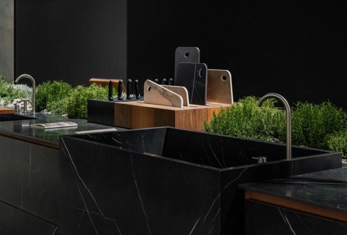 quelle couleur pour une cuisine 2019, modèle îlot avec plan de travail marbre noir, idée rangement cuisine pour herbes
