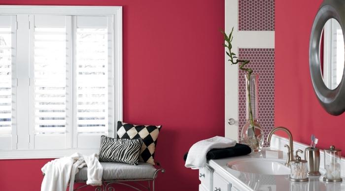 idée quelle peinture pour salle de bain, déco pièce humide en rouge et blanc avec accessoires blanc et noir, salle de bain rouge