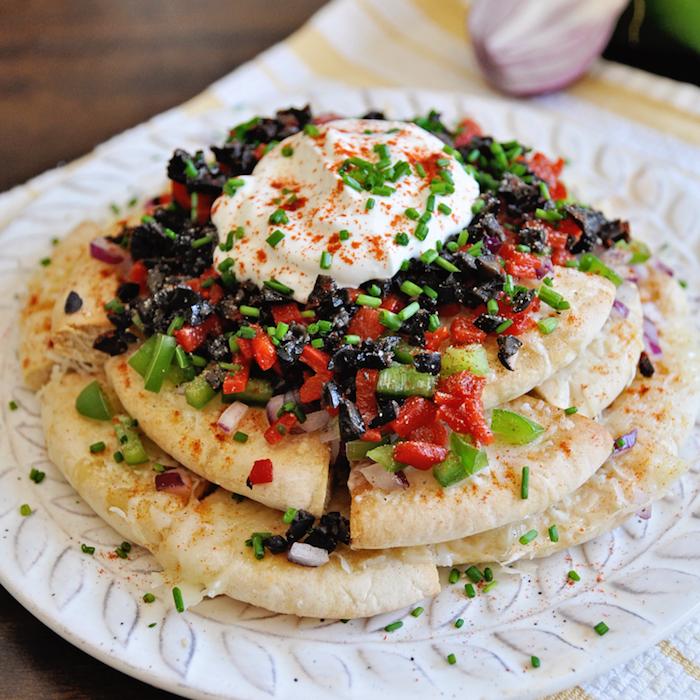 Nacho style pan arabe avec houmous en top et poivrons, idée recette facile, entrée simple et raffinée, recette saine