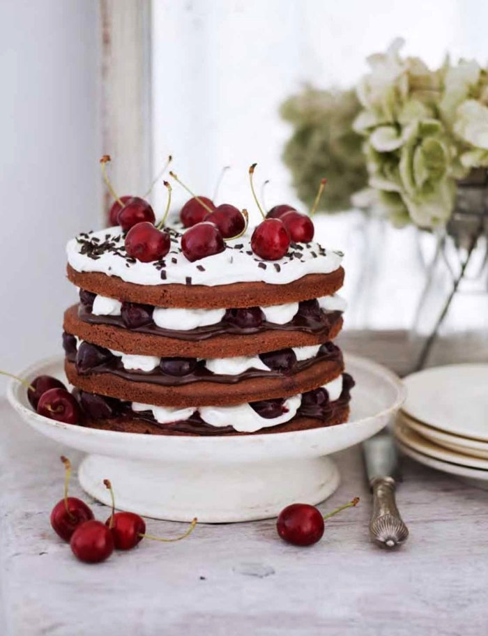 naked cake au chocolat et cerises façon gâteau forêt noire, recette de gateau au chocolat rapide sans gluten