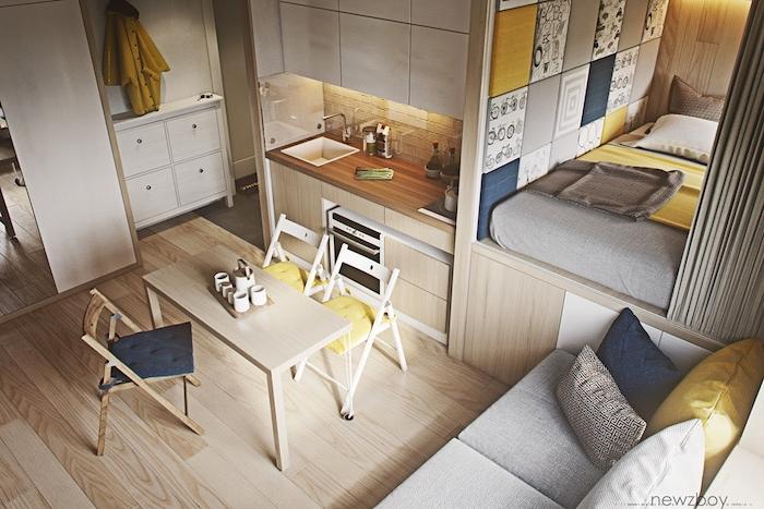 aménagement cuisine petite cuisine en bois avec salle à manger à meubles de bois, lit matelas sur estrade cachée d un rideau gris, accents deco gris, jaune et bleu
