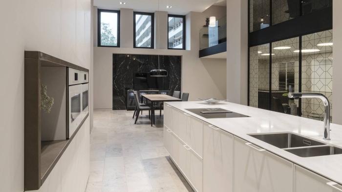 décoration de cuisine contemporaine en blanc et noir, meuble de cuisine sans poignées, modele de cuisine blanche