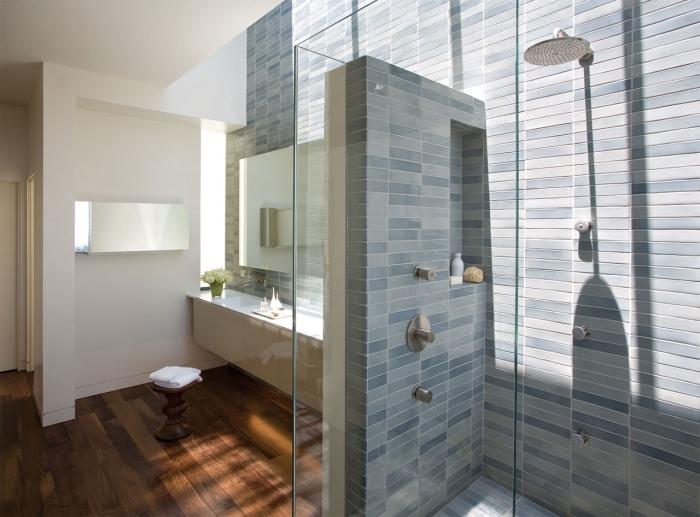 revêtement mural pour salle de bain bimatière avec peinture lessivable blanche et carreaux en nuances bleues