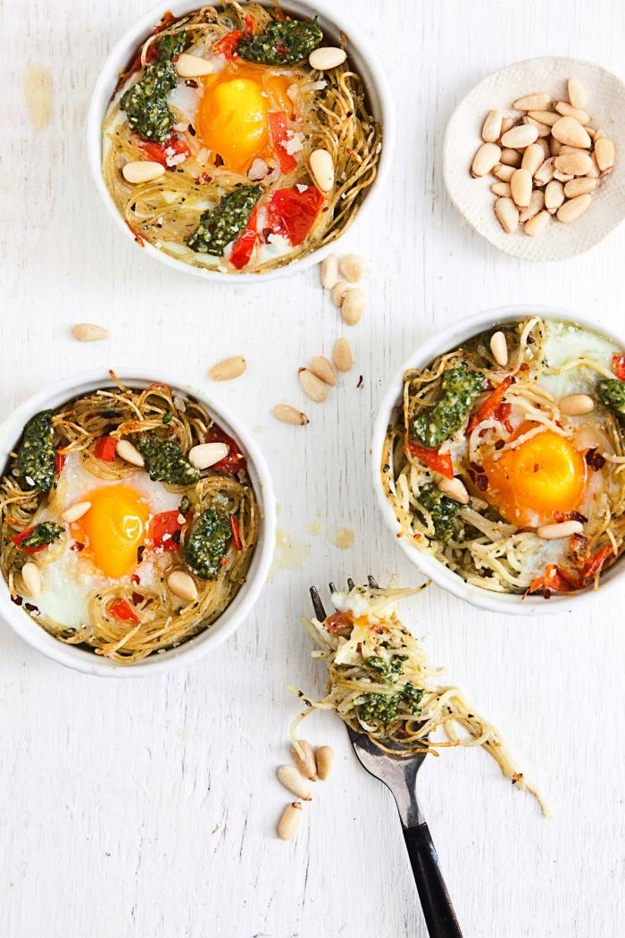 recette de nids de pâtes aux oeufs, aux tomates et au pesto vert fait maison, recette rapide pour le soir