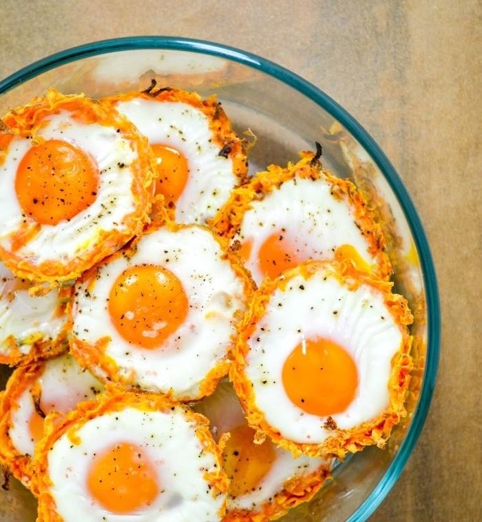 recette de nids de patates douces avec un oeuf à l intérieur, plat vegetarien dans un moule à muffins