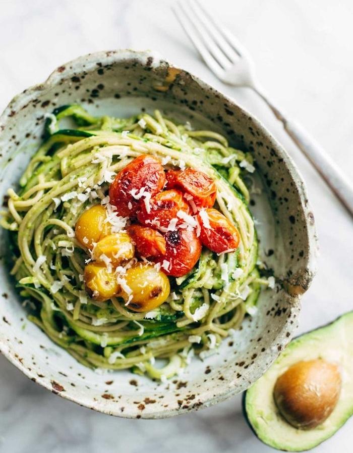 noodles aux courgettes vermicelles avec des tomates et parmesan, quoi manger ce soir vite fait
