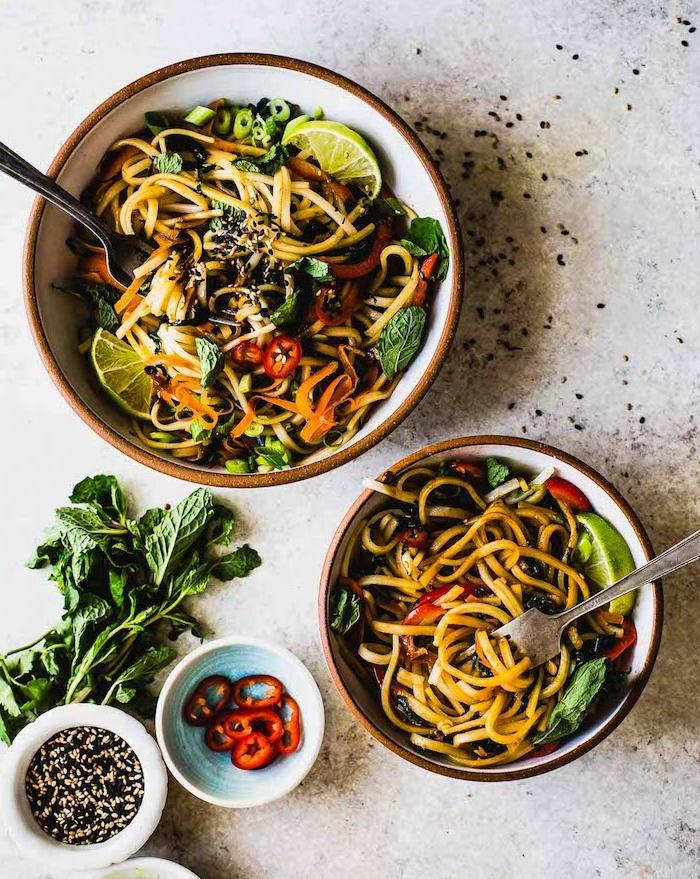 repas vegetarien, noodles et riz tha dna sun bol avec des légumes, préparer un diner asiatique pour toute la famille