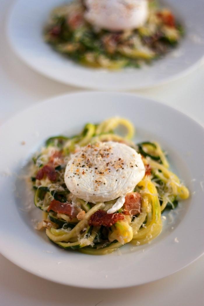 recette de nouilles aux courgettes accompagnées d'un oeuf poché, idée repas rapide et healthy pour le dîner