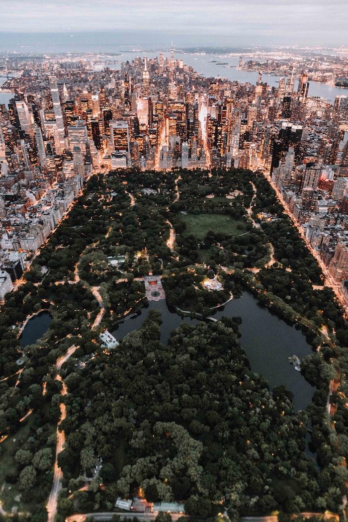 Le parc central de New York et vue de Manhattan avant que la nuit tombe, paysage ville, image la plus belle ville du monde