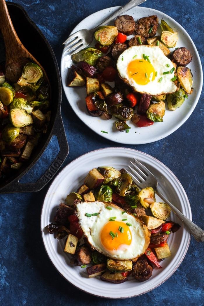 des légumes grillés avec des oeufs au plat