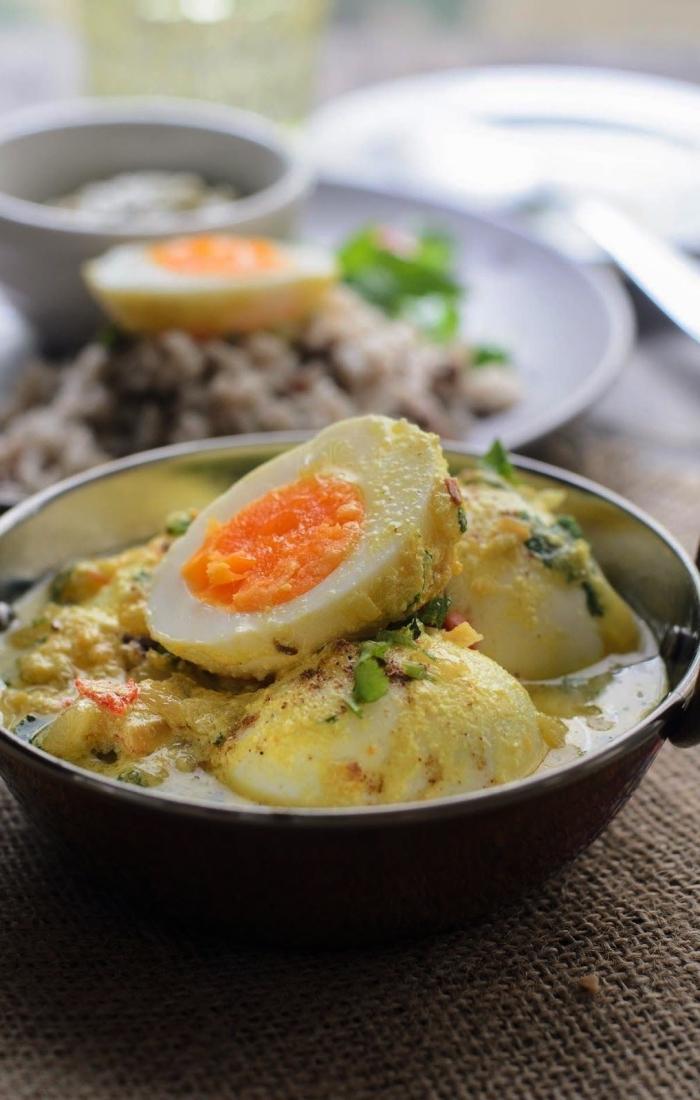 recette salée avec des oeufs, recette rapide et facile d'oeufs durs à la sauce yaourt épicée