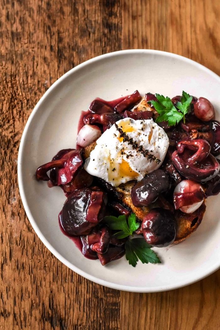 recette d'oeufs pochés au vin rouge accompagnés d'oignons grelot, recette avec des oeufs pochés facile et rapide