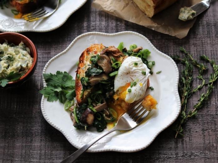 recette avec oeuf poché accompagné de champignons sautées et d'épinards à l'ail, repas du soir léger et rapide