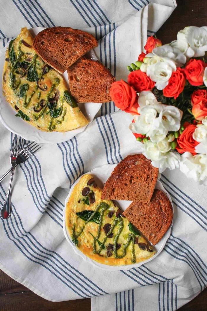 omelettes aux champignons et au fromage frais accompagnée de tartines
