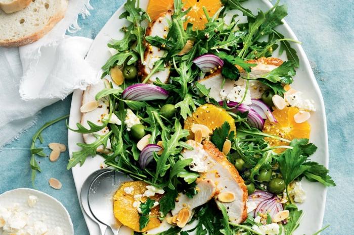 roquette, oranges, oignon, pois chiches, assiette blanche, nappe bleue, pin, poulet