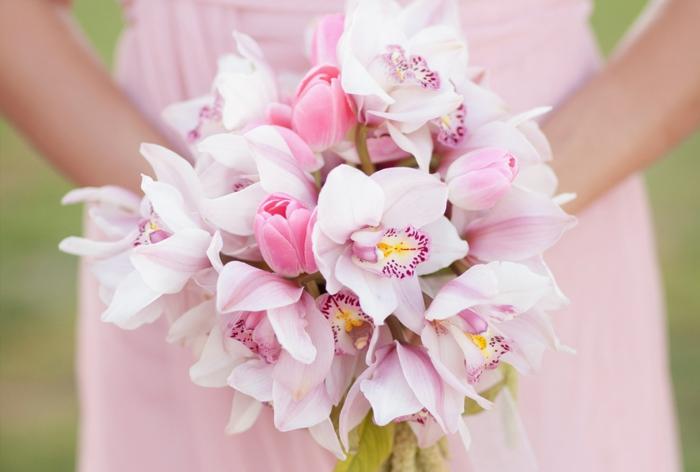bouquet d'orchidées pour mariage, orchidées roses, robe de mariée rose pâle