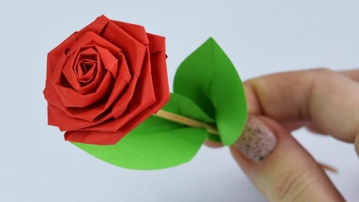 joli modèle d'origami fleur rose très détaillé et réaliste avec feuilles en papier, activité manuelle de printemps sur le thème des fleurs