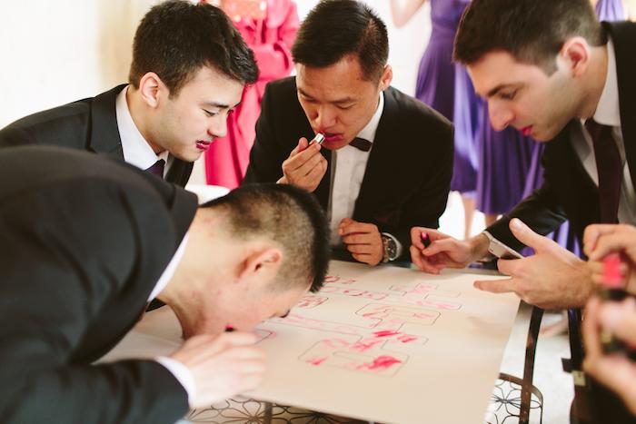 Hommes avec rouges à levre laissent des empruntées sur un papier sopuvenir, jeux mariage, idée animation anniversaire adulte