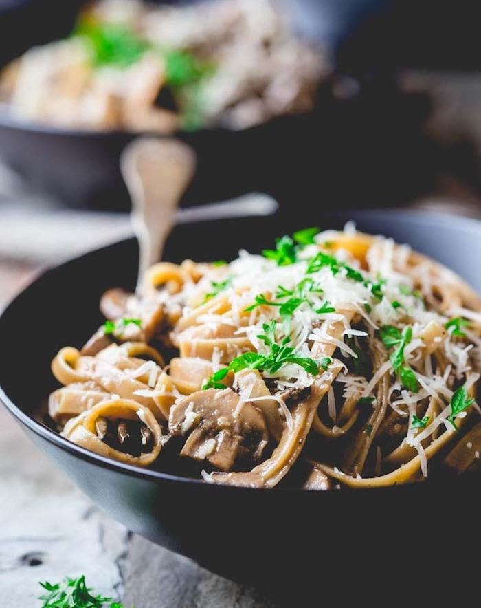 idée de recette végétarienne facile, fettuccine aux champignons avec du parmesan, repas sans viande