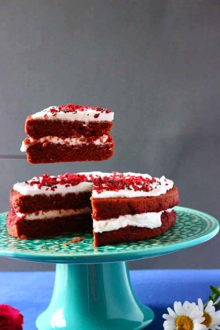 gâteau red velvet en version sans gluten coloré à la betterave rouge, idée de dessert classique en version healthy à servir en fin du repas sans gluten