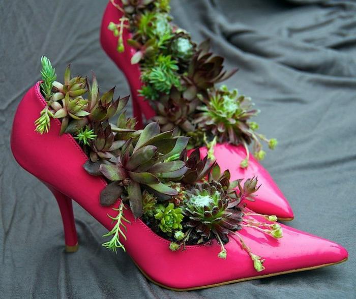 aménager son jardin avec décoreations hors du commun, paire d'escarpins roses