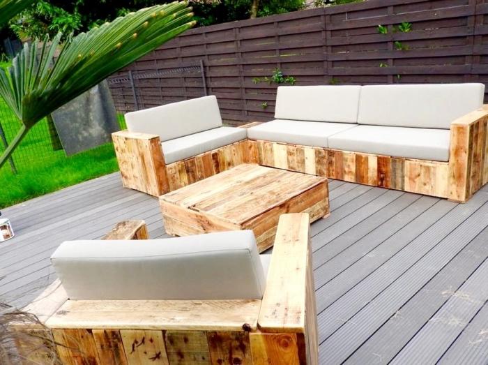 modèle de fauteuil en palette recyclé, exemple de salon de jardin en palette, idée que faire avec des palettes