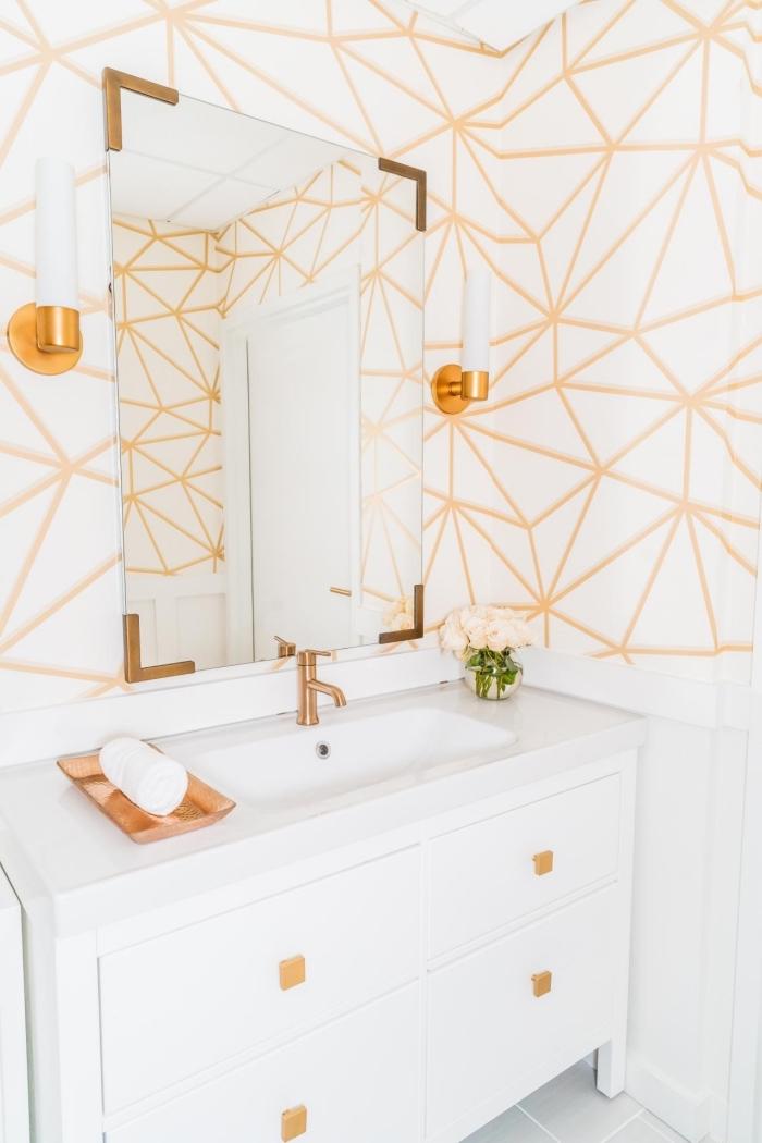modèle de petite salle de bain moderne en blanc et or, idée panneau mural salle de bain aux lignes géométriques blanc et orange