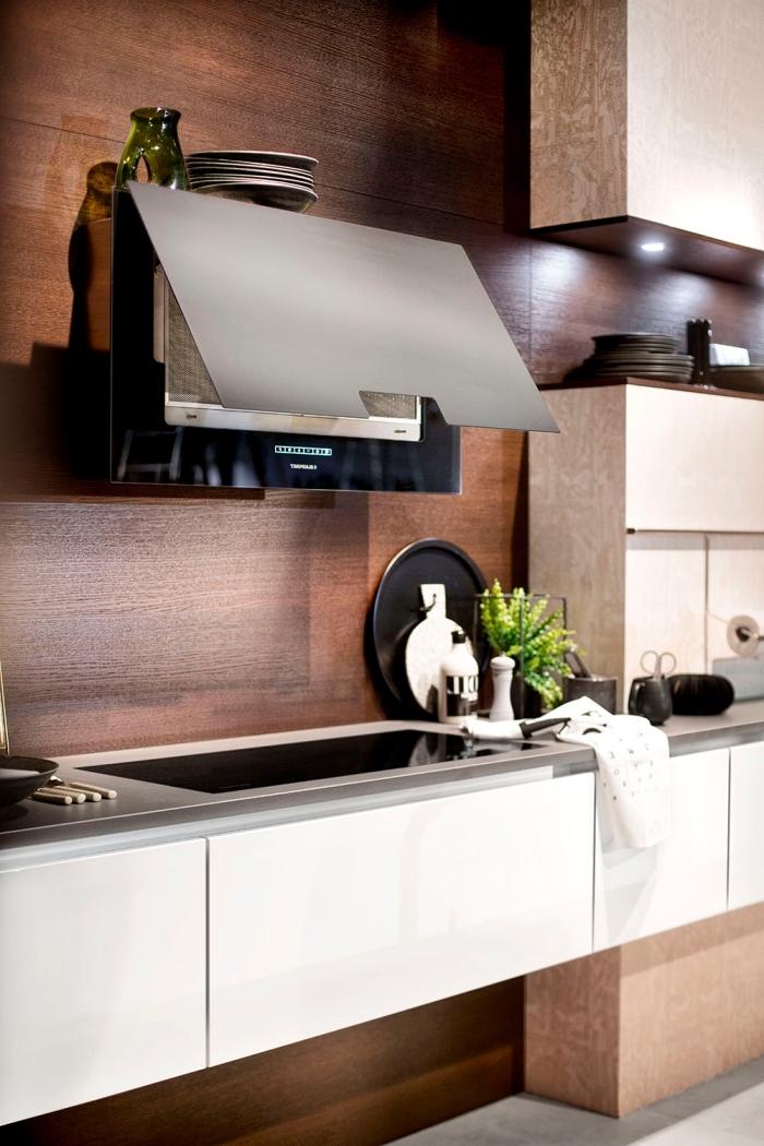 exemple crédence de cuisine en bois marron, plan de travail cuisine en gris avec armoires blancs sans poignées