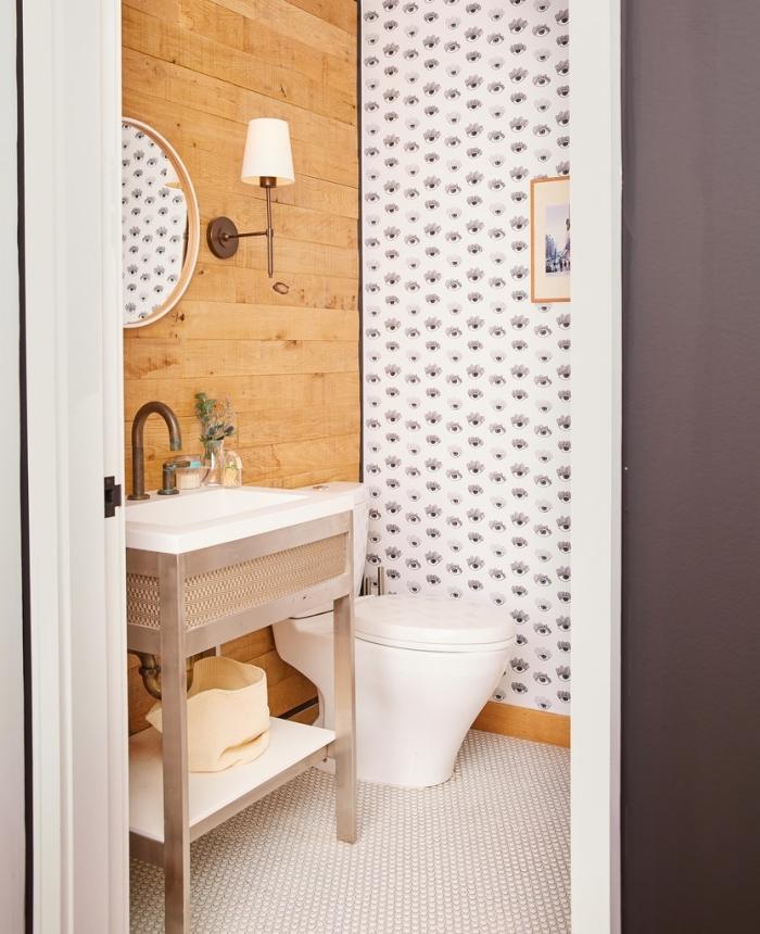 comment décorer toilettes avec panneaux effet bois et papier peint imperméable, meuble vasque en blanc et bois