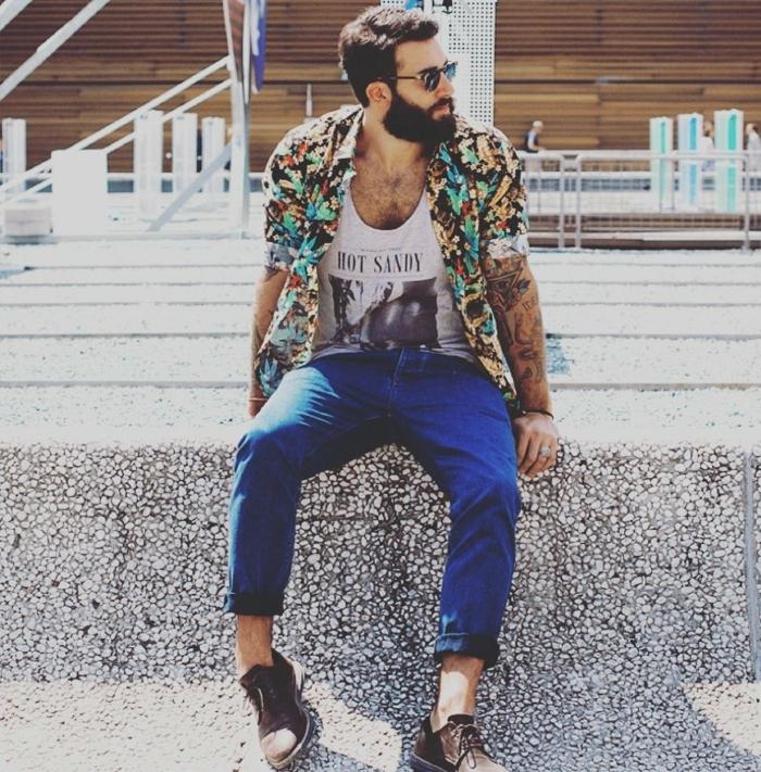 vetement boheme chic, pantalon bleun débardeur avec grande estampe, chemise hippie homme