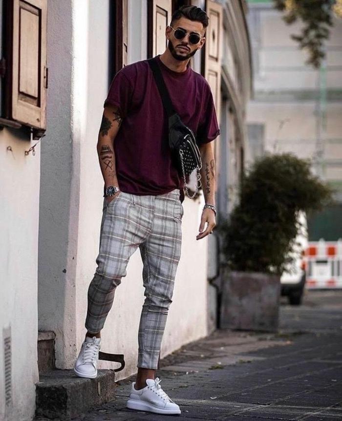 pantalon aux carreaux blanc, t-shirt pourpre, sac épaule, tenue boheme chic homme