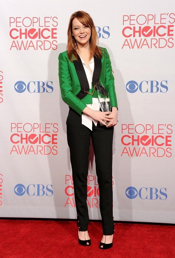 look célébrité femme de Emma Stone, comment combiner les couleurs dans sa tenue, pantalon noir avec blazer vert