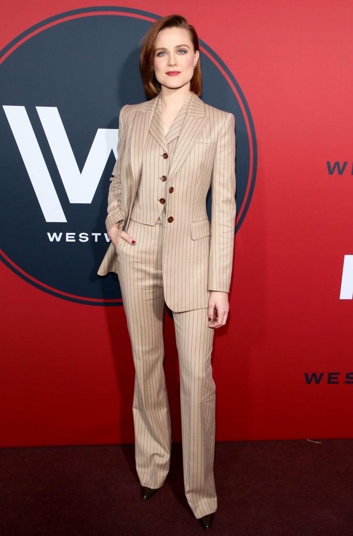 exemple combinaison pantalon femme habillée, modèle de costume avec gilet, idée tailleur femme en beige aux motifs rayures