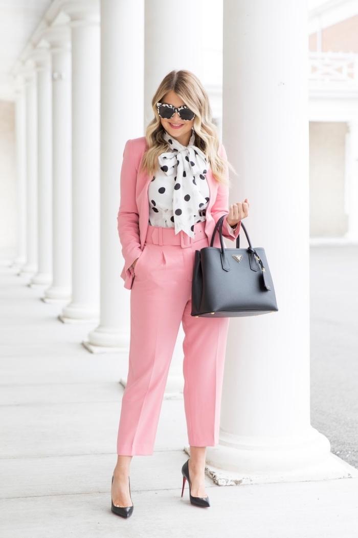 exemple de tailleur pantalon femme chic pour marriage, costume avec pantalon taille haute et blazer de couleur rose