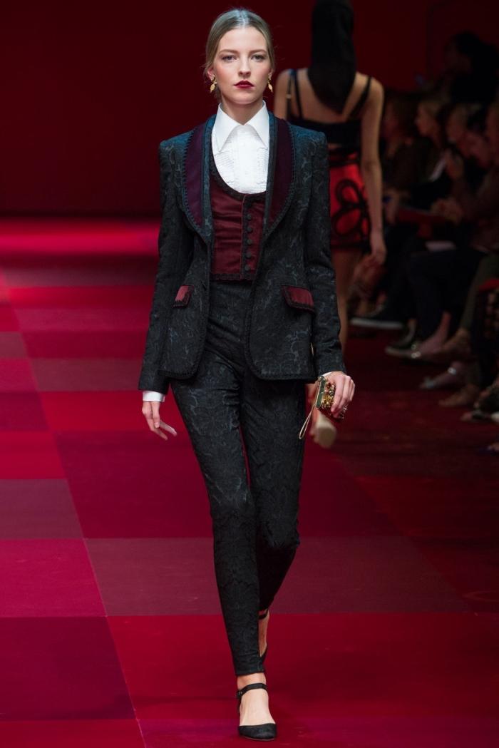 comment s'habiller pour une cérémonie femme, modèle de costume noir avec accents en bordeaux et chemise blanche
