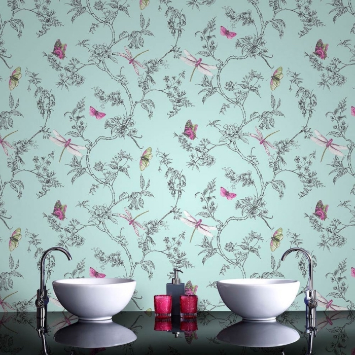quel revêtement mural pour salle de bain, modèle de papier peint tendance pièce humide à design bleu avec motifs papillons