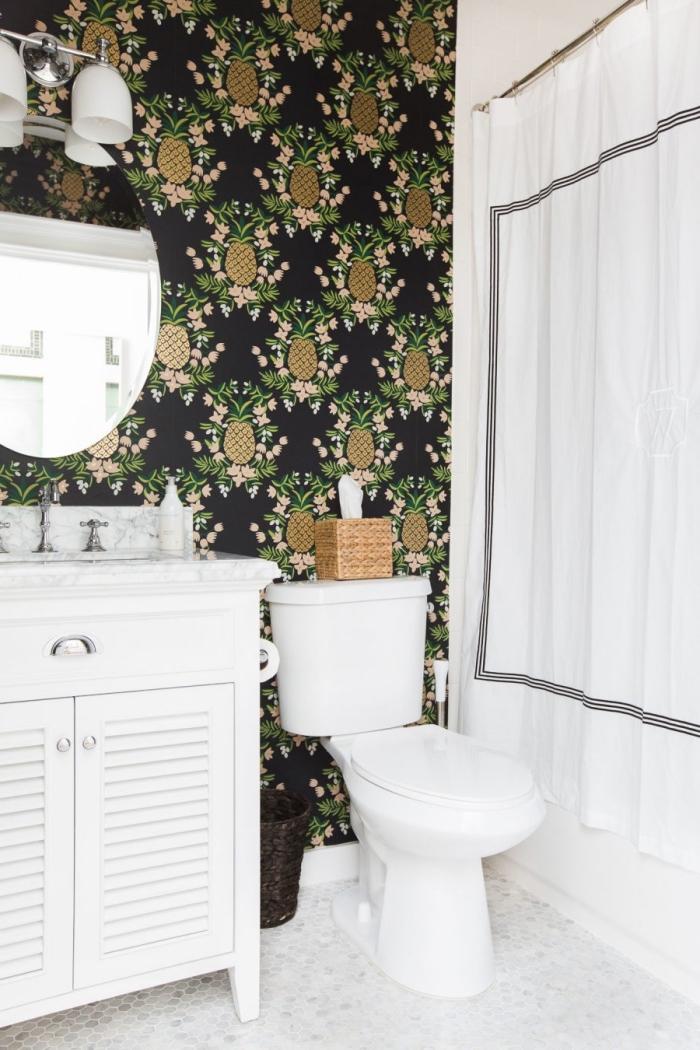 déco salle de bain blanche avec pan de mur en papier peint design fruits dorés, rideaux salle de bain en blanc