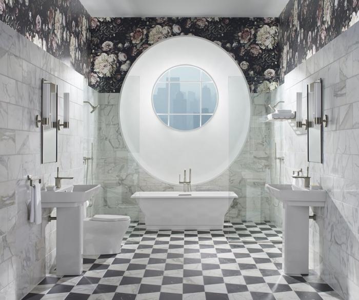 exemple salle de bain luxueuse aux murs bimatière en carreaux effet marbre et papier peint noir aux motifs fleurs