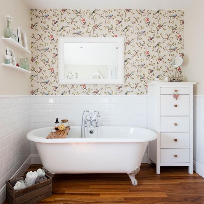 idée revetement mural salle de bain bimatière avec peinture lessivable beige et papier peint imperméable motifs oiseaux
