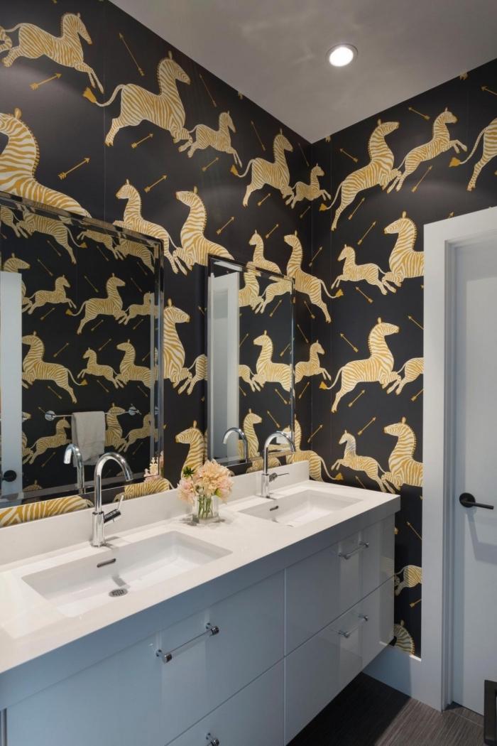 idée revetement mural salle de bain imperméable, déco salle de bain blanc et noir avec murs noir aux motifs animaux orange